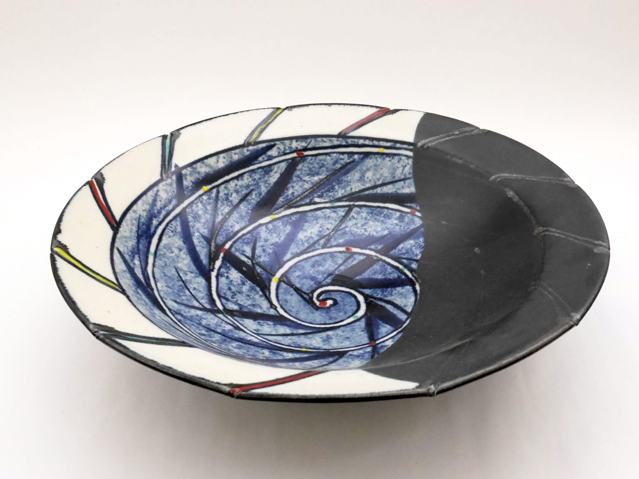 Kevin White, Untitled, 2001, porcelaneous stoneware, underglaze & onglaze enamels, 31 x 31 x 6.5 cm. Courtesy the artist.